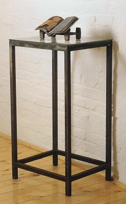 »Cathedra ex«, Fundstücke, Eisen, Glas, Autobatterie, Höhe des Gestells: 83 cm