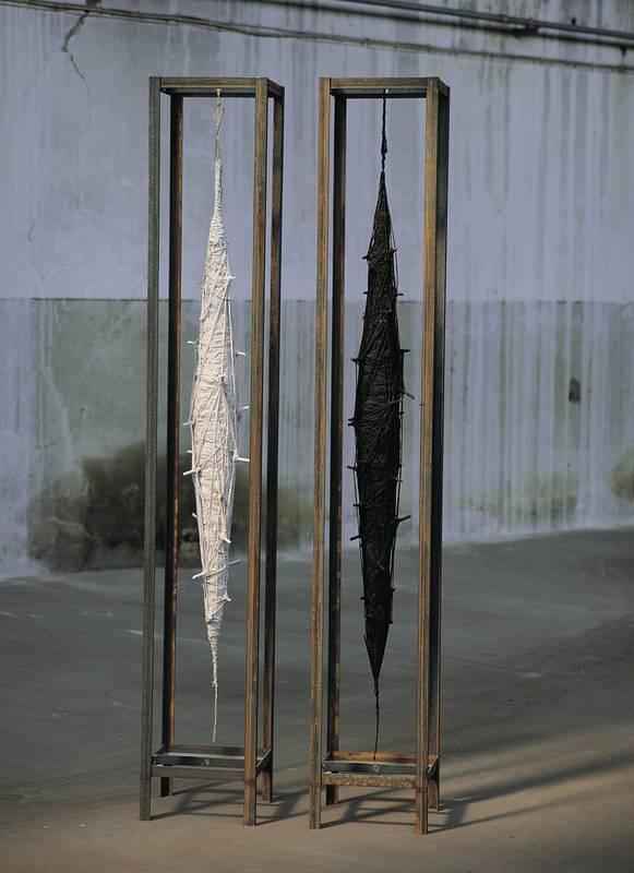»Kokons«, verschiedene Materialien, H: 240 cm
