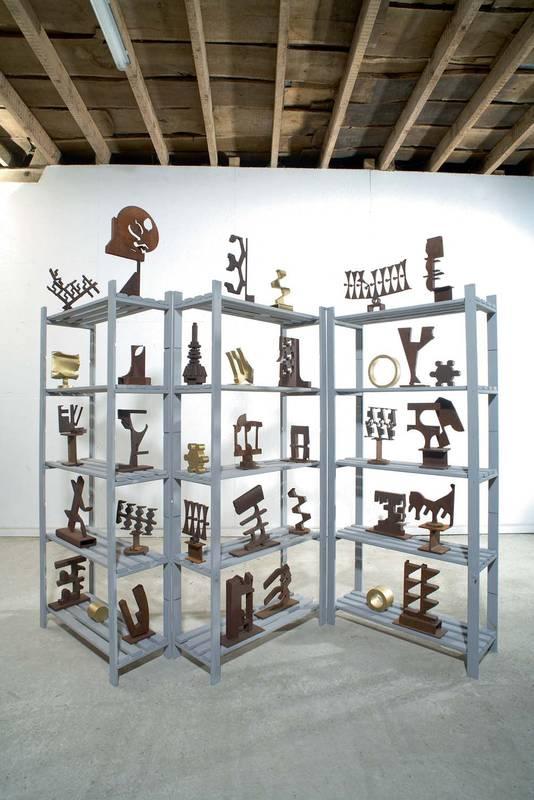 »Midas ist ein Esel«, Ensemble, Eisen (teilweise bemalt), Höhe der Regale: 170 cm