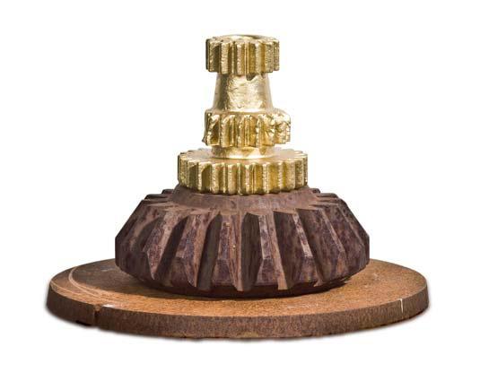 »Der König der Getriebe«, Eisen, Goldfarbe, H: 14 cm