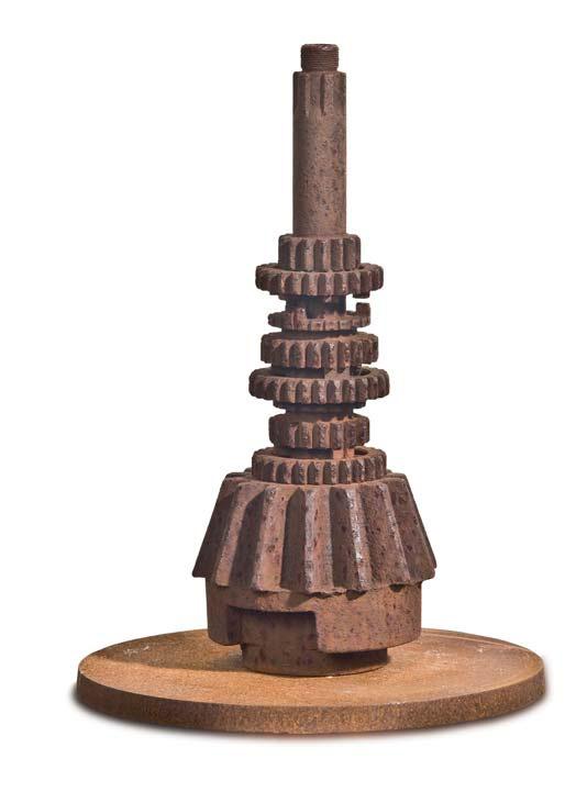»Die Königin der Getriebe«, Eisen, H: 27 cm Wellpappe, Farbe, 110 x 208 cm