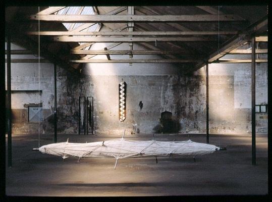 «Buddha», Jute, Eisen, Farbe, Länge des Objektes im Vordergrund 400 cm