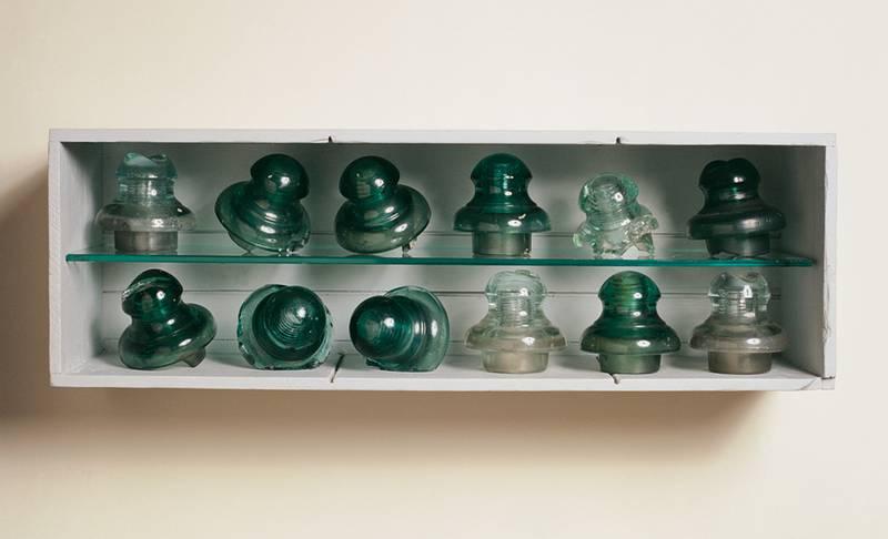 »Der Ordnung halber«, Fundstücke, Glas, Holz, Höhe 23 cm