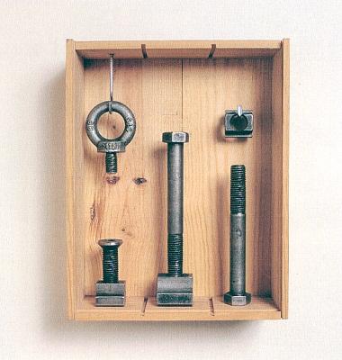 »Der Ordnung halber«, Fundstücke, Eisen, Holz, Höhe 33 cm
