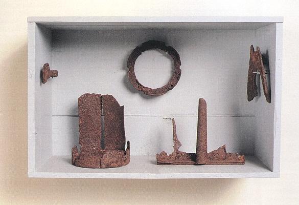 »Der Ordnung halber«, Fundstücke, Eisen, Holz, Höhe 25 cm