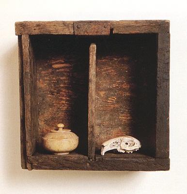 »Der Ordnung halber (Memento mori)«, Fundstück, Höhe 22 cm
